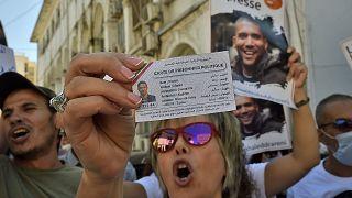 صحفيون جزائريون يحتجون للمطالبة بالإفراج عن زميلهم خالد دراريني، الذي حكم عليه في وقت سابق هذا الشهر بالسجن ثلاث سنوات.