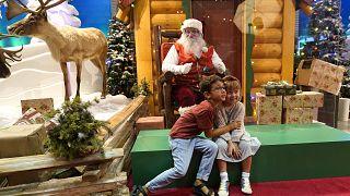 Hawaii'de Noel Baba ile fotoğraf çektiren çocuklar, ABD