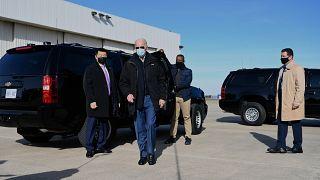 الرئيس الأمريكي المنتخب جو بايدن يتحدث إلى الصحافة قبل مغادرته مطار نيو كاسل في ويلمنغتون  في 15 ديسمبر 2020.