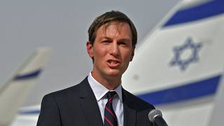 مستشار الرئيس الأمريكي، جاريد كوشنر في حديث للصحافة بعد هبوط أول طائرة إسرائيلية تجارية في مطار أبو ظبي، الإمارات العربية المتحدة.