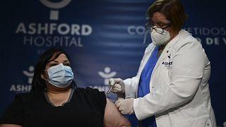 La terapeuta Yahaira Alicea recibe la primera vacuna contra la COVID-19 en Puerto Rico