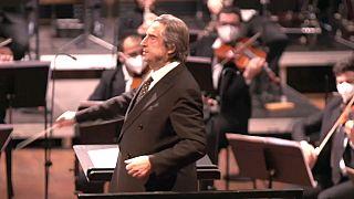 Un grand chef d'orchestre italien offre un concert à domicile pour les fêtes, à la télévision