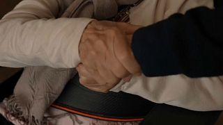 Una anciana se aferra a la mano de su hija en una residencia de Cataluña