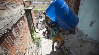 Niños y adolescentes deben ayudar a sus padres a buscar agua en manantiales caraqueños para poder realizar las tareas básicas del hogar.