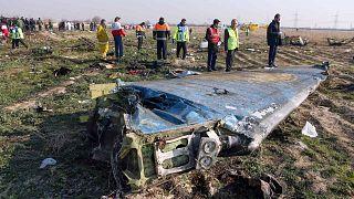 فرق الإنقاذ في موقع تحطم طائرة ركاب أوكرانية بعد وقت قصير من إقلاعها من مطار الإمام الخميني الدولي بالعاصمة الإيرانية طهران، 8 يناير 2020