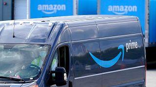 Csomagokat szállító furgon indul az Amazon raktárából a Massachusetts állambeli Dedham városában
