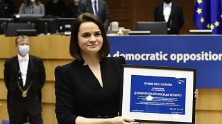 Belarus-Oppositionsführerin Swetlana Tichanowskaja bei der Entgegennahme des Sacharow-Preises im Europäischen Parlament in Brüssel