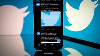 تُظهر هذه الصورة التي التقطت في 26 أكتوبر / تشرين الأول 2020 شعار شبكة التواصل الاجتماعي الأمريكية تويترمعروضًا على شاشة هاتف ذكي وجهاز لوحي في تولوز، جنوب فرنسا