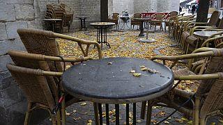 Belçika'nın Antwerp şehrinde boş bir restoran terası (Arşiv)