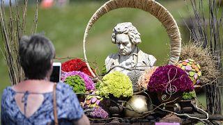Una escultura del compositor clásico alemán Beethoven se exhibe entre flores en Kamp-Lintfort, Alemania, el 12 de junio de 2020.