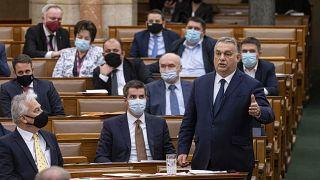 Orbán Viktor miniszterelnök a parlamentben 2020. december 14-én, tőle balra Kocsis Máté, a Fidesz frakcióvezetője, és Semjén Zsolt miniszterelnök-helyettes