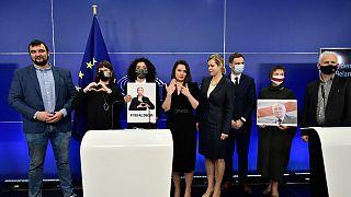 المعارضة البيلاروسية سفيتلانا تيخانوفسكايا بعد تسلمها الجائزة