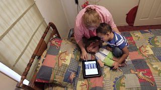 """أم وابنها يلعبان على """"أيباد"""" (أرشيف)"""