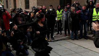 شاهد: راقصو الفلامنكو يتظاهرون ضد إغلاق مدارسهم في برشلونة