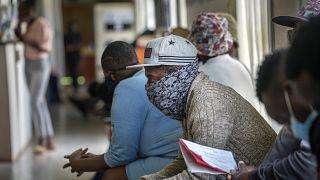Güney Afrika'da gönüllü olarak aşı testine katılan vatandaşlar