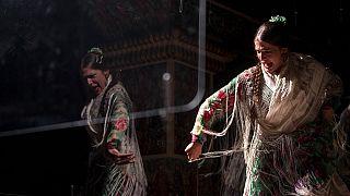 Una ballerina di flamenco si esibisce dietro a un plexiglass, a causa delle restrizioni Covid