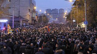 Ermenistan'ın başkenti Erivan'da toplanan binlerce kişi Başbakan Nikol Paşinyan'ın istifasını istemişti (arşiv)