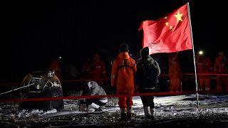 Le module de retour de la sonde spatiale chinoise Chang'e 5, chargé de roches lunaires, en Mongolie, 17/12/2020