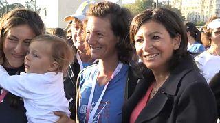 La alcaldesa de París, Anne Hidalgo (derecha), acompañada de dos mujeres y un bebé
