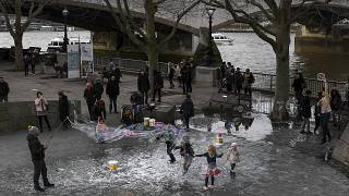 أطفال يلعبون على الضفة الجنوبية لنهر التايمز في لندن