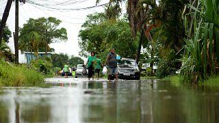 مواطنون يستعدون لإعصار ياسا في الشوارع التي غمرتها المياه في العاصمة سوفا في فيجي.