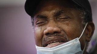 رجل يبكي ابنته التي توفيت بسبب فيروس كورونا
