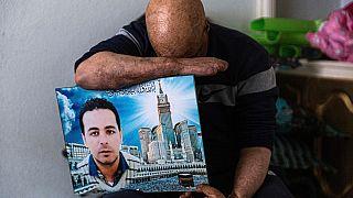 Hosni Kalaia con una foto di suo fratello minore, Sabre, morto dopo essersi dato fuoco nel 2015 a Kasserine, in Tunisia