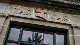 Логотип на здании Спортивного арбитражного суда в Лозанне