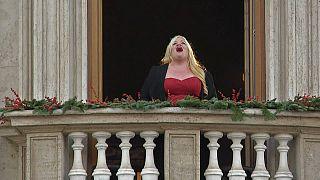 La soprano americana Courtney Mills si esibisce a Piazza Navona, Roma