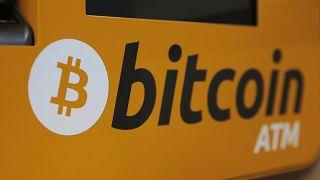 """Un logo """"Bitcoin"""" affiché sur un distributeur automatique de billets à Hong Kong, le 21 décembre 2017."""