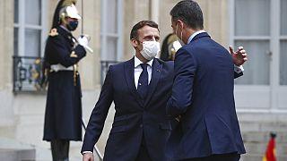 Macron recibe a Sánchez en el Elíseo con una palmada en la espalda, como al resto de invitados
