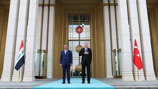 إردوغان مع مصطفى الكاظمي في المجمع الرئاسي خلال حفل رسمي في أنقرة