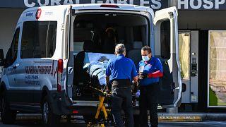 مسعفون ينقلون مريضًا إلى مصلحة الطوارئ في مستشفى كورال جابلز حيث يتم علاج مرضى فيروس كورونا بالقرب من ميامي