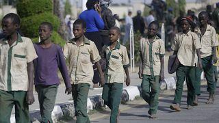 La mayoría de los niños liberados aún llevan puesto el uniforme de su escuela.