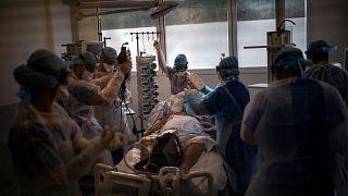 Un paziente Covid di 60 anni in un reparto di terapia intensiva di un ospedale di Marsiglia nel novembre 2020