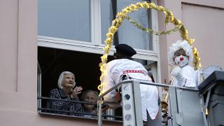 Des animations à la fenêtre d'une maison de retraite à Prague, République Tchèque, le 16 décembre 2020
