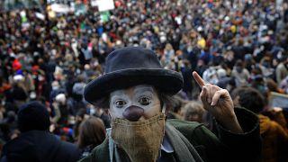 Парижане выступили против паралича культурной жизни во Франции.