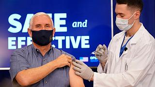 بنس أثناء تلقي اللقاح