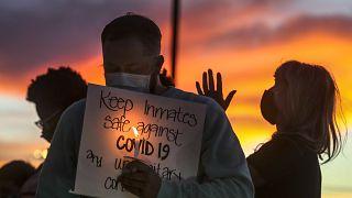أفراد عائلات السجناء في ولاية يوتا، يحملون الشموع ويؤدون صلاة في تجمع خارج مكتب إدارة الإصلاحيات في يوتا.