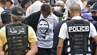 قوات الأمن الجزائرية تحاصر متظاهرين أمام محكمة في الجزائر العاصمة، تطالب بالإفراج عن الصحفي خالد دراريني.