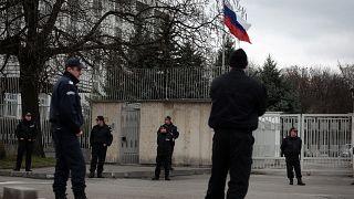 عناصر من الشرطة البلغارية أمام مقر السفارة الروسية في صوفيا