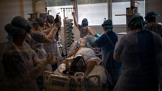Archives : une équipe médicale de l'hôpital de la Timone à Marseille prenant en charge un patient atteint du Covid-19, le 12 novembre 2020