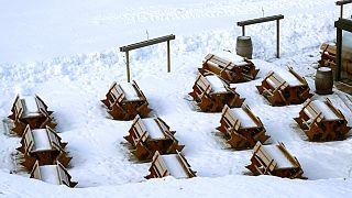 Schnee auf Bänken im Skiort Fieberbrunn in Österreich