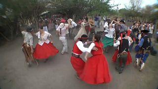 """Varias parejan bailan el """"chamamé"""" en la norteña provincia argentina de Corrientes"""