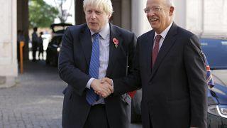 El actual primer ministro británico Boris Johnson y el ministro de Asuntos Exteriores portugués Augusto Santos Silva posan para unas fotos en Lisboa. Octubre, 2017.