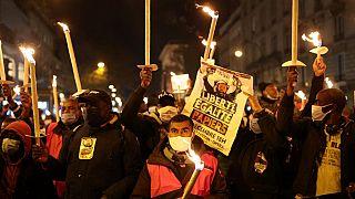 Сотни нелегальных мигрантов вышли на акцию в Париже, требуя, чтобы власти срочно урегулировали их статус