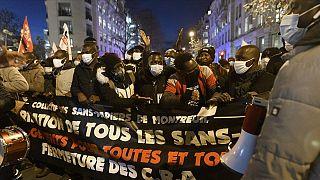 Paris'te göçmenler 18 Aralık Dünya Göçmenler Günü'nde hükümeti eleştirdi, şartlarının iyileştirilmesini istedi.