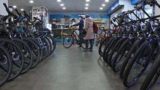 Κατάστημα ποδηλάτων με απόθεμα. Ένα σπάνιο θέαμα σε καιρό πανδημίας.