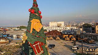Uma árvore de Natal em Beirute decorada com fatos de bombeiros