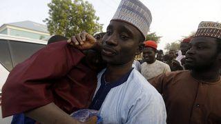 پدر یکی از کودکان ربوده شده فرزندش را در آغوش میگیرد